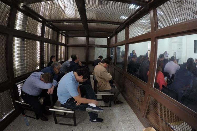Los 11 primeros detenidos por el caso Negociadores de Salud, durante la audiencia de primera declaración. (Foto Prensa Libre: Hemeroteca PL)