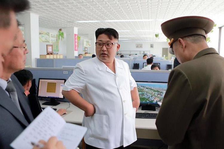 En junio, Corea del Norte condenó las unas sanciones unilaterales aprobadas por EE. UU., contra el líder del régimen, Kim Jong-un (al centro). (Foto Prensa Libre: AFP).