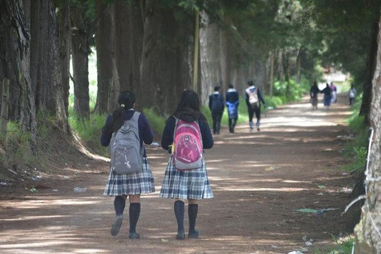 Estudiantes de la Escuela Normal Rural de Occidente ponen en riesgo su integridad física al pasar por el camino conocido como El Antiguo Molino. (Foto Prensa Libre: Édgar Domínguez)
