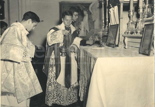 El padre Hermógenes durante una celebración de la misa. (Foto: Hemeroteca PL)