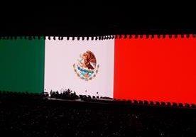 U2 iluminó el escenario con los colores de la bandera mexicana.