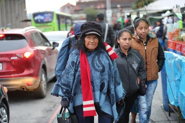 El intenso frío obligó a las personas a salir abrigadas de casa. (Foto Prensa Libre: Érick Ávila)