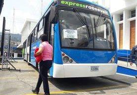 Los 10 autobuses del Express Roosevelt se exhiben frente a la Municipalidad de Mixco. (Foto Prensa Libre: Mixco)