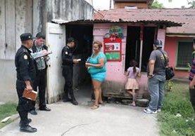 Autoridades inspeccionan la vivienda donde ocurrió el crimen contra Fernanda Guillen, en Puerto Barrios, Izabal. (Foto Prensa Libre: Dony Stewart)