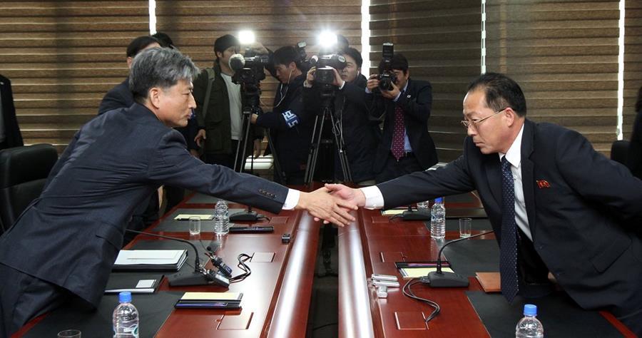 El viceministro de Unificación de Corea del Sur, Hwang Boo-Gi, (izquierda), y el delegado de Corea del Norte, Jon Jong-Su (derecha), se saludan al empezar la reunión. (Foto Prensa Libre: AFP).