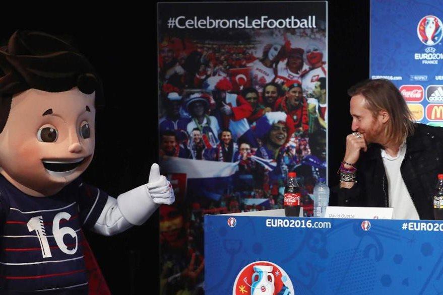 David Guetta junto a Super Victor, la mascota de la UEFA. (Foto Prensa Libre: EFE)