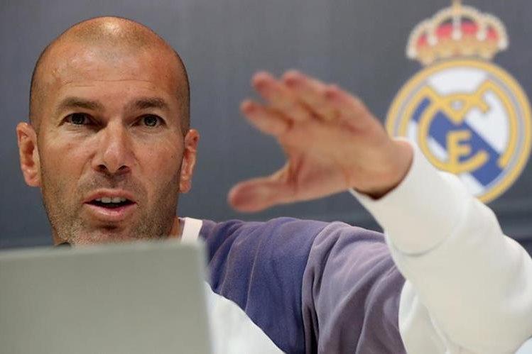 El técnico francés del Real Madrid, Zinedine Zidane, durante la rueda de prensa posterior al entrenamiento que la plantilla ha realizado hoy en Valdebebas. (Foto Prensa Libre: EFE).