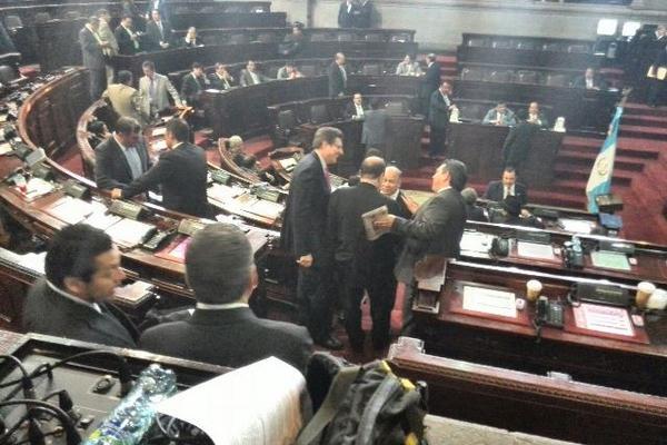 """<p>Diputados conversan antes de la sesión plenaria. <br _mce_bogus=""""1""""></p>"""