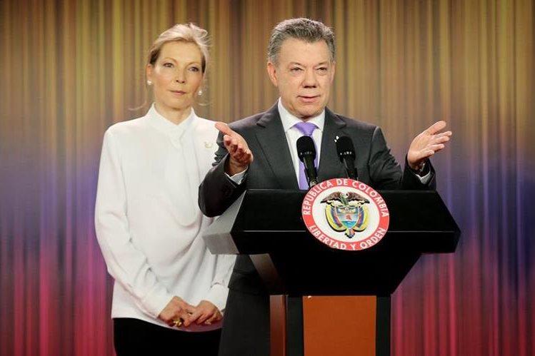 Juan Manuel Santos y su esposa, María Rodríguez, se dirigen a la nación colombiana. (Foto Prensa Libre: EFE)