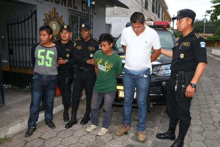 Aprehendidos son custodiados por agentes de la PNC. (Foto Prensa Libre: Rolando Miranda)