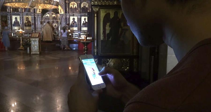La aplicación usa el GPS del celular y los datos de Google Maps para avisar a los jugadores donde se encuentran los monstruos virtuales. (Foto Prensa Libre: Youtube)