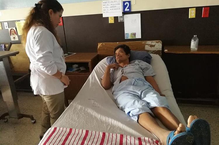 Este hombre ingresó en el Hospital General San Juan de Dios el 24 de agosto del 2016 por una herida de bala, pero nadie ha preguntado por él. (Foto Prensa Libre: César Pérez Marroquín)