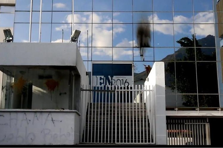 """La sede del diario """"El Nacional"""" fue atacada por un grupo desconocidos en Caracas.(El Nacional)."""