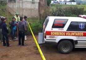 Socorristas, en el camino de terracería donde ocurrieron los hechos en Santa María Cauqué, Sacatepéquez. (Foto Prensa Libre: Víctor Chamalé)
