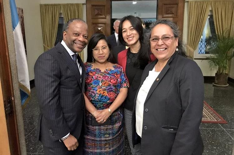 El embajador Todd Robinson es acompañado por las ministras Leticia Teleguario y Lucrecia Mack Hernández, y la diputada Sandra Morán. (Foto Prensa Libre: Embajada de Estados Unidos en Guatemala).
