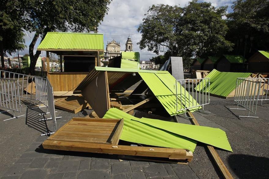 Varias casetas ubicadas en la plaza central fueron destruidas por la turba. (Foto Prensa Libre: Paulo Raquec)