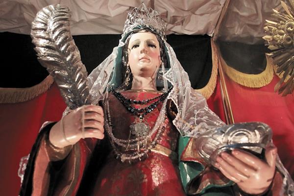 Santa Lucía, vestida a la usanza indígena y con collares de jade.
