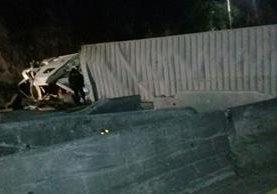 Tráiler volcado en cuesta de Villalobos. (Foto Prensa Libre: PMT Villa Nueva)