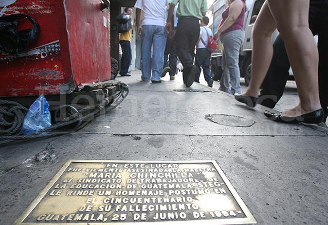 En la 6a. avenida y 17 calle de la zona 1 se encuentra esta placa conmemorativa de la muerte de la maestra María Chinchilla.  (Foto: Hemeroteca PL)