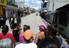 Vecinos se acercan al lugar donde murió Jorge Matías Arenales, en San Pedro Ayampuc. (Foto Prensa Libre: Estuardo Paredes)