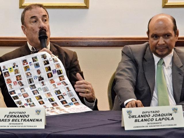 El diputado Fernando Linares Beltranena, del Partido de Avanzada Nacional, mostró un modelo de cómo se vería una papeleta de cuatro candidatos por partido si estuvieran inscritas 17 organizaciones políticas.