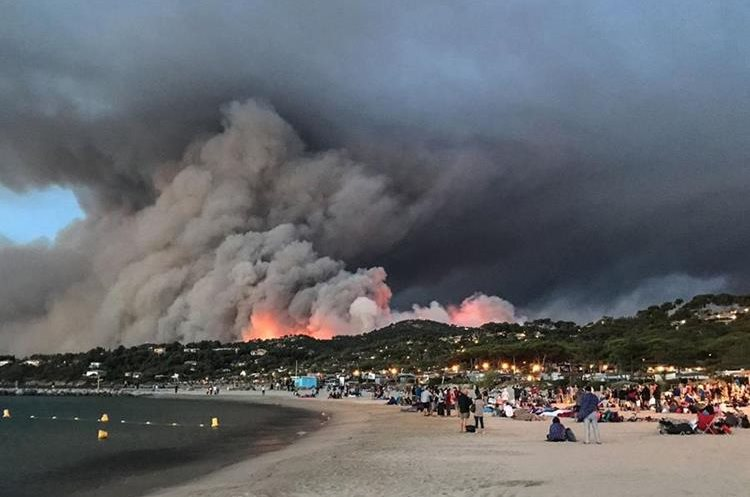 Más de 10 mil personas fueron evacuadas en el sur de Francia. (AFP).