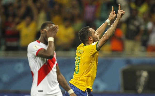 El lamento del jugador peruano, en la derrota de su selección. (Foto Prensa Libre: EFE)