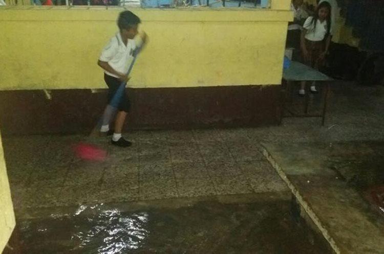Los estudiantes tienen que sacar de las aulas el agua cada vez que llueve. (Foto Prensa Libre: Cristian Icó)