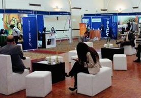 Varios candidatos a puestos ejecutivos llenan formas de empleo. (Foto Prensa Libre: Natiana Gándara).