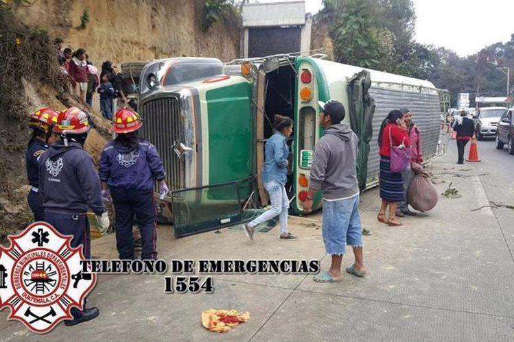 Bomberos atienden a las pasajeros afectados por el vuelco de autobús en San Lucas. (Foto: @CBMDeptal/Twitter)