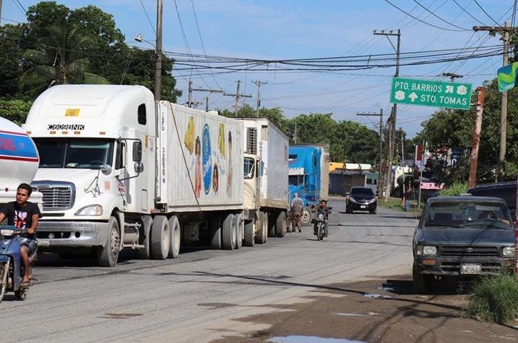 En la entrada a Puerto Barrios, Izabal, varios tráileres quedaron varados. (Foto Prensa Libre: Dony Stewart)