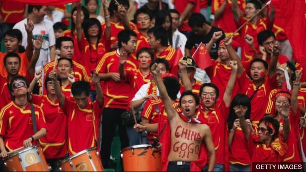 Aficionados chinosDerechos de autor de la imagenGETTY IMAGES Image caption La afición china muestra su pasión por el fútbol en cada partido que van al estadio, sea por su club o por la selección. (Foto Prensa Libre: BBC Mundo)