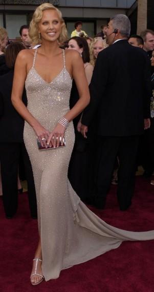 Charlize Theron en 2004 ganó el Oscar a Mejor Actriz por su papel en Monster, lució este increíble vestido de Gucci, con gran escote de espalda.