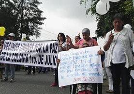 Vecinos de la colonia Primero de Julio participan en caminata en rechaza a la inseguridad. (Foto Prensa Libre: Sergio Morales)