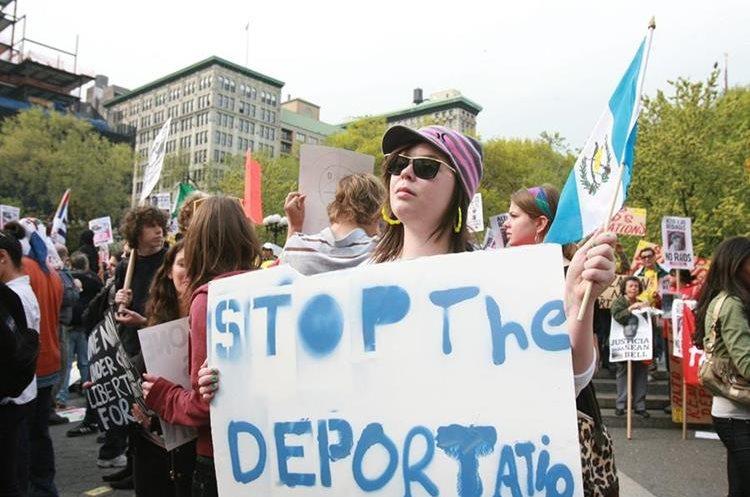 Unos tres mil latinos pidieron un alto a las deportaciones durante una marcha el 1 de mayo en Nueva York. (Foto Prensa Libre: Hemeroteca PL)