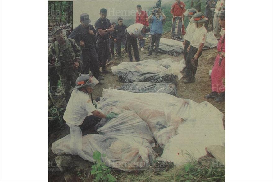 Cuerpos de socorro guatemaltecos y salvadoreños trabajan en el rescate de las 65 víctimas del avionazo de Aviateca el 11/8/1995.(Foto: Hemeroteca PL)