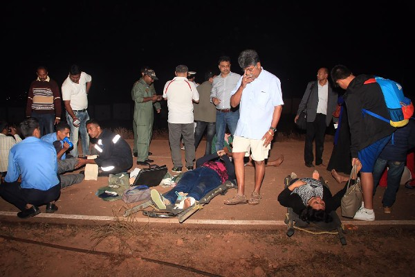 Pasajeros rescatados del avión accidentado de Jet Airways.(AFP).