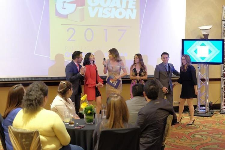 """Periodistas del programa """"Viva la noticia"""" se dirigen a los asistentes durante la presentación de las novedades de Guatevisión (Foto Prensa Libre: J. Ochoa)."""