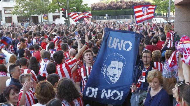 Seguidores del Atlético manifestaron a favor de que Diego Simeone siga al frente del equipo. (Foto Redes Sociales).