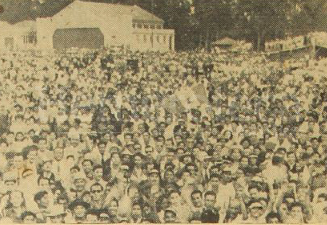 Miles de guatemaltecos aguardaban la llegada del avión que trajo al campeón Mateo Flores y compañeros en el Aeropuerto de la Aurora el 3 de mayo de 1952. (Foto: Hemeroteca PL)