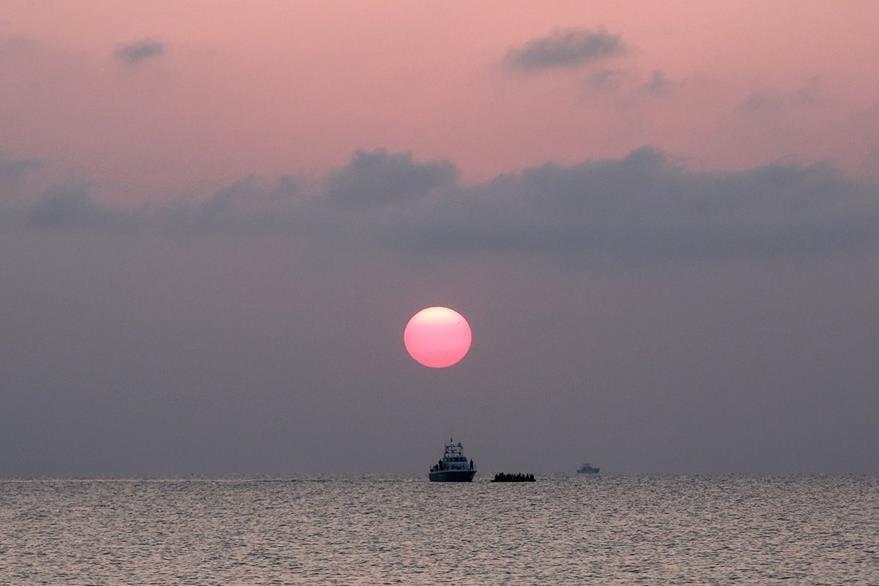 Centenares de personas llegan a las islas del oeste del Egeo diariamente. (Foto Prensa Libre: AP).