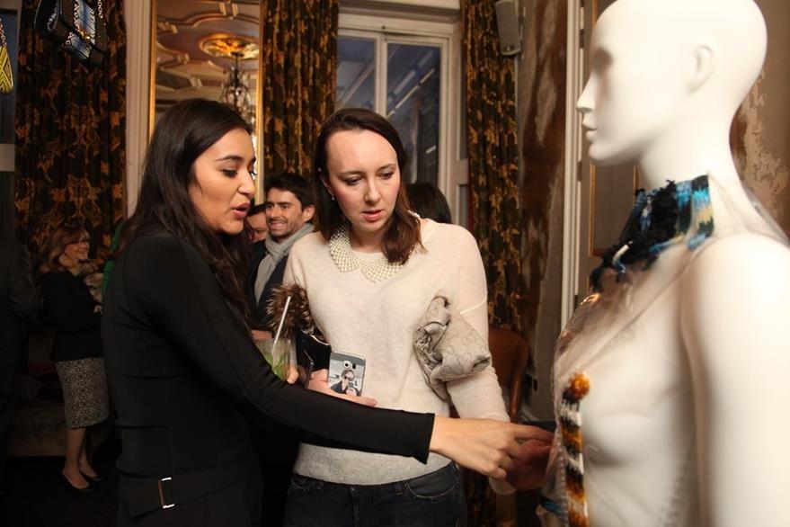 La diseñadora nacional Sofía Contreras muestra creaciones en plástico de su marca MEÜS.