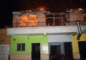Las llamas amenazaban con extenderse a otros inmuebles, en el barrio La Bolsa, Zacapa. (Foto Prensa Libre: Mario Morales)