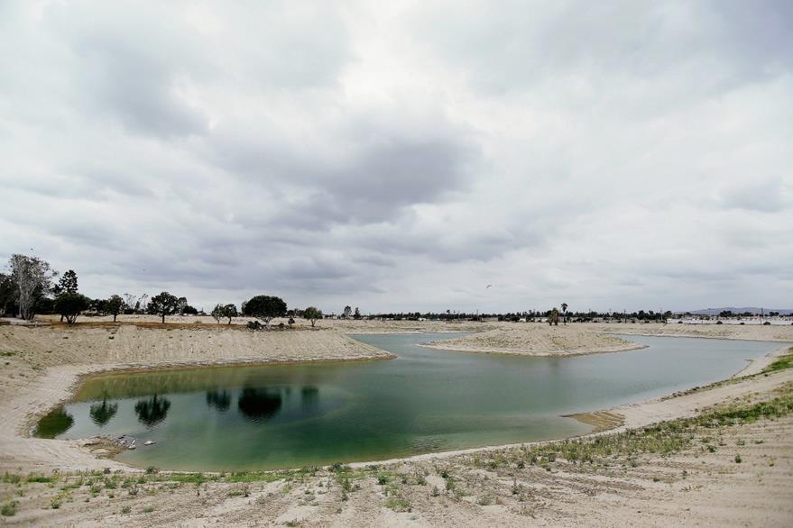 Estanque en el Distrito de Agua del Condado de Orange, California. (Foto Prensa Libre: AFP).