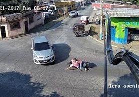Captura del video de los jóvenes a punto de ser arrollados. (Foto Prensa Libre:Rolando Miranda)