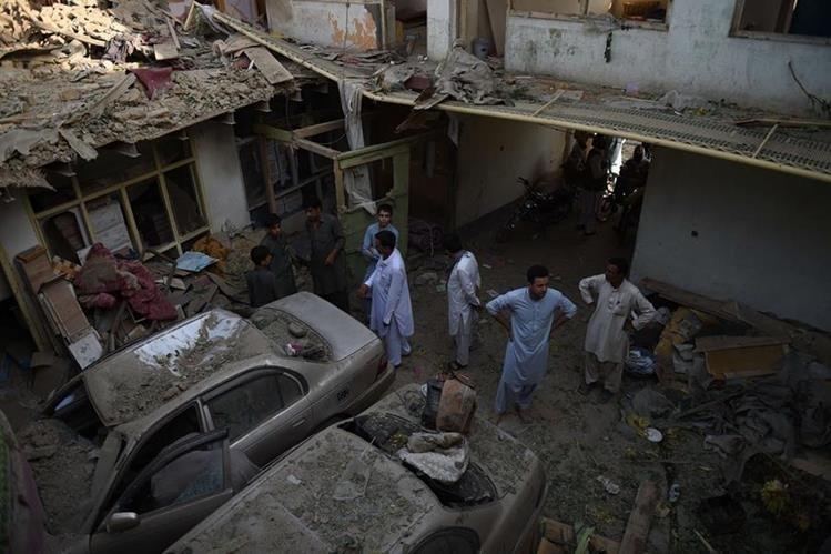 Muerte y destrucción deja uno de los ataques perpetrados en las últimas horas en Afganistán. (Foto Prensa Libre: AFP)
