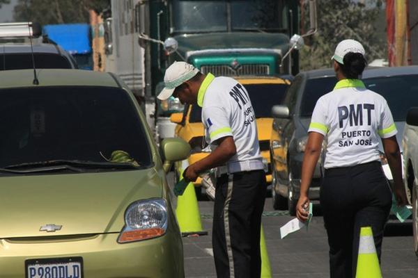 <p>Cobro genera congestionamiento ruta al Pacífico. (Foto Prensa Libre: Carlos Paredes)<br></p>