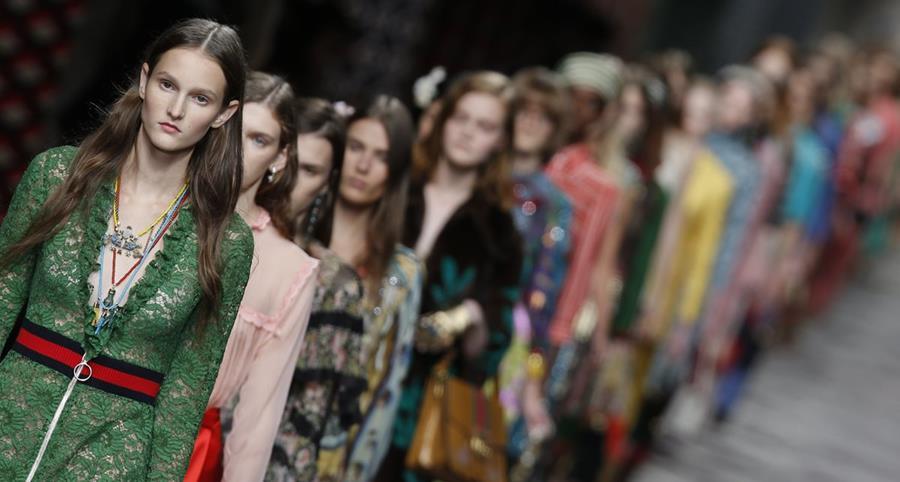 Estilo relajado pero con pinceladas de sensualidade fue parte de la propuesta de Gucci. (Foto Prensa Libre. AP).