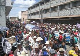 Manifestantes se desplazan por el Centro Histórico de la capital para que sus demandas sean escuchadas. (Foto Prensa Libre: Estuardo Paredes).