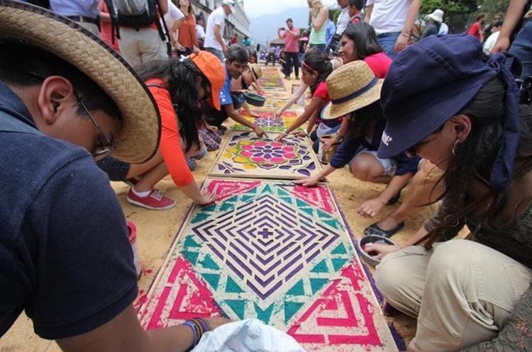 El participante puede elaborar una parte de la alfombra y experimentar con el colorido y diferentes materiales. (Foto, Prensa Libre: Cortesía Inguat)
